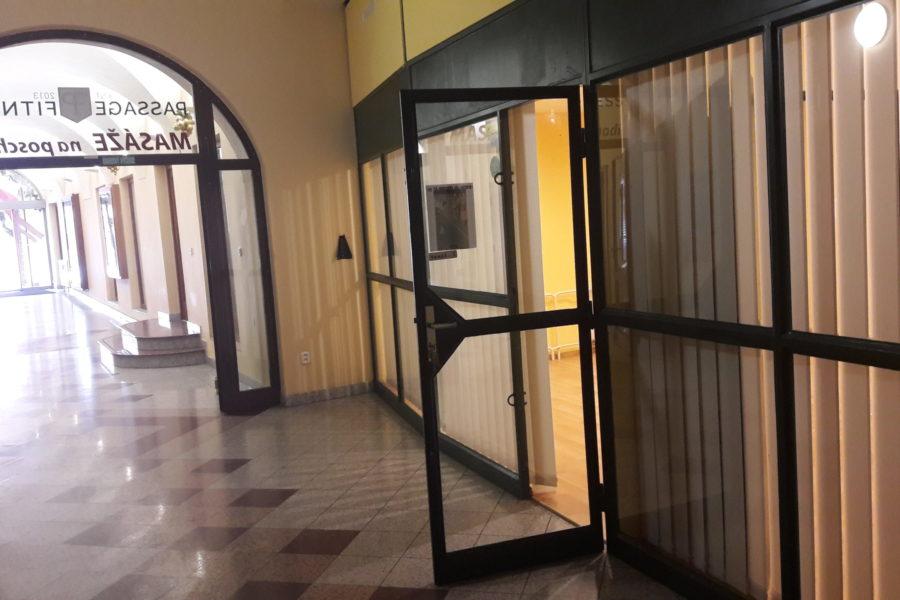PRENAJATÝ – Obchodný priestor 37 m2 na prenájom, pasáž na Dolnej ulici v BB